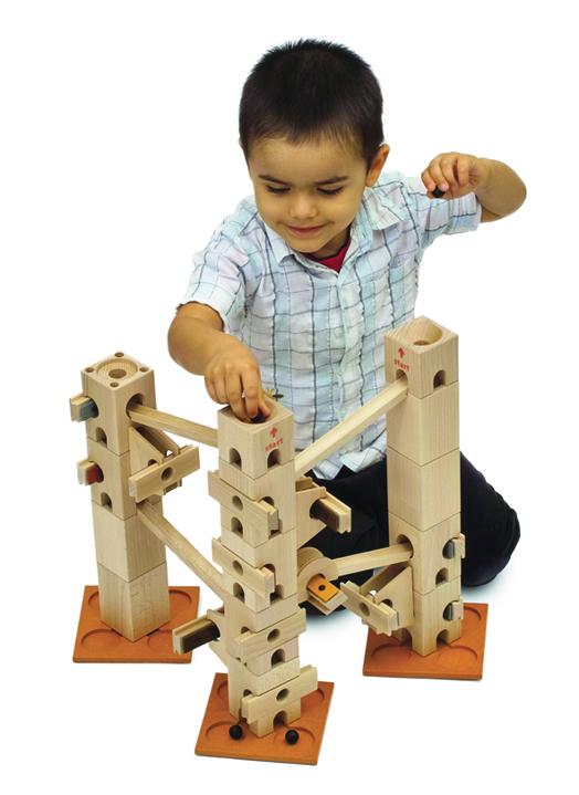 Junge spielt mit Xyloba