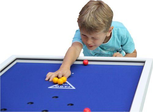 Junge Spielt mit Yago Pool - Fingerbillard